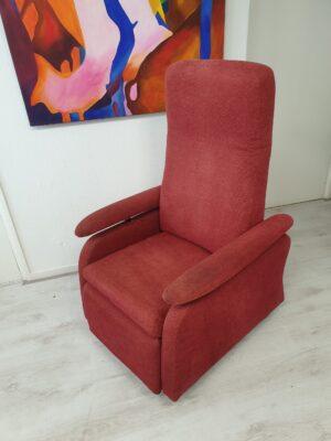 Doge rood sta op stoel