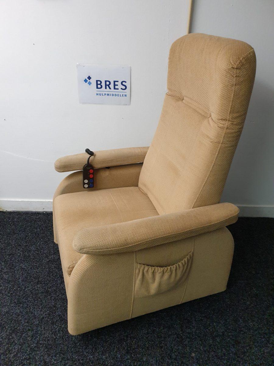 Doge beige sta op stoel