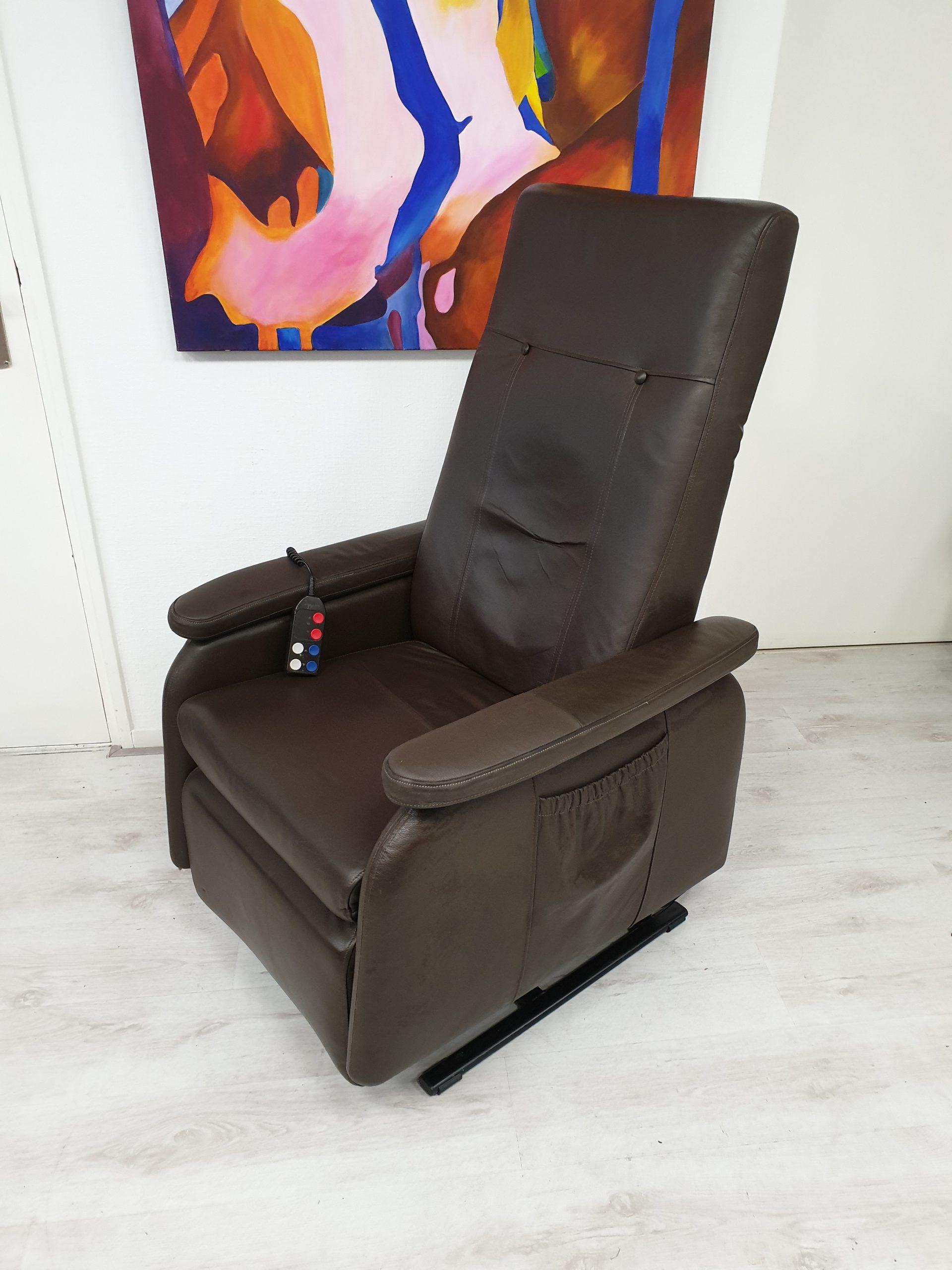Doge bruin leder sta op stoel