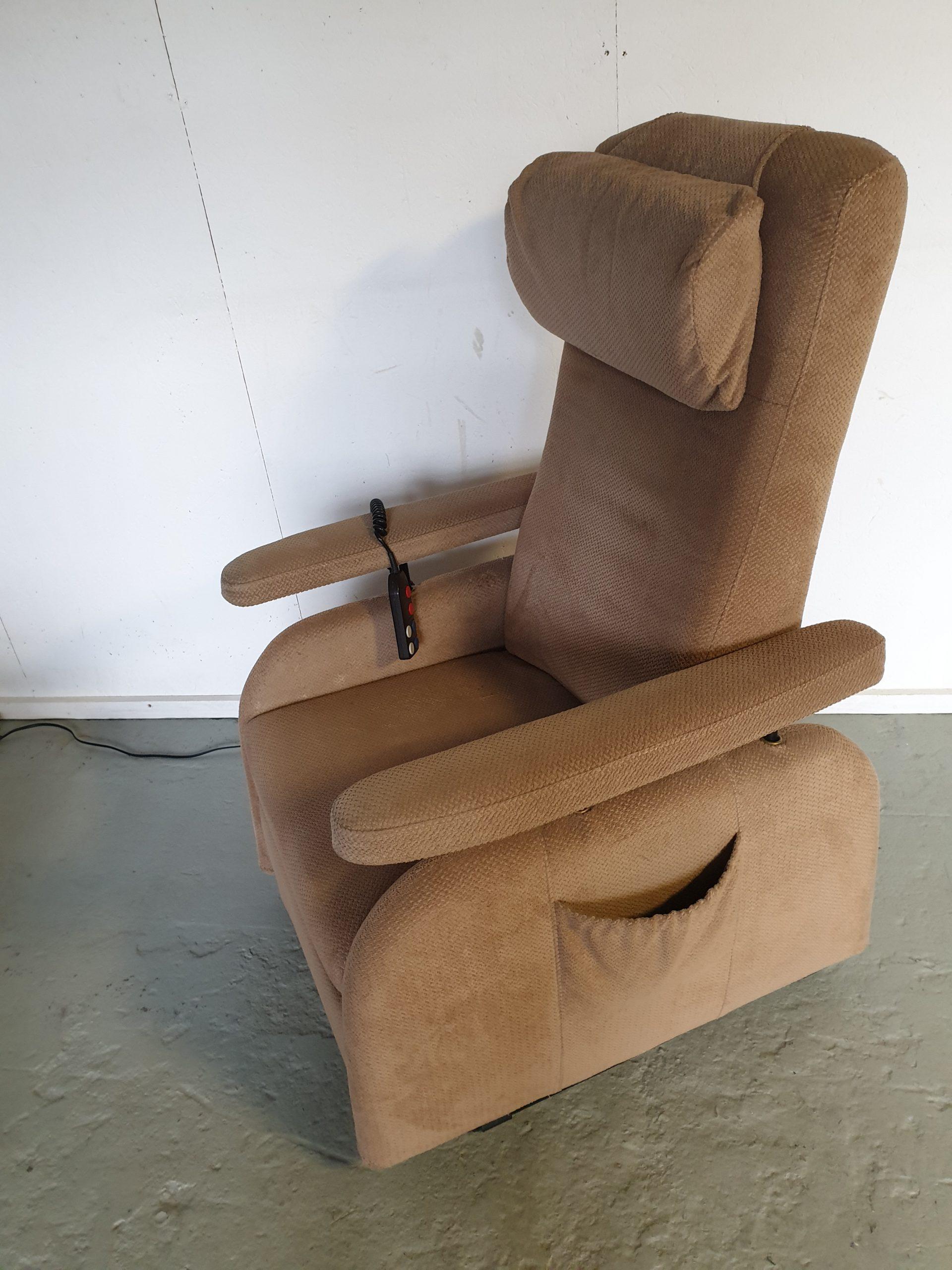 Doge caramel sta op stoel