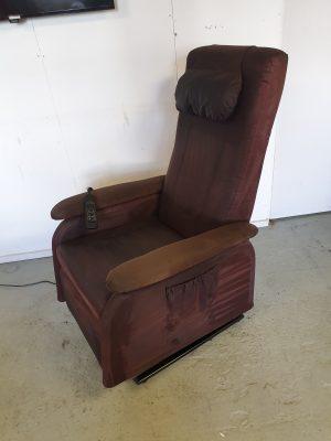 Doge bruin alcantara sta op stoel
